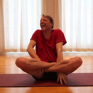 Dag yoga laugh